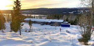 Åkersjön Skilodge ligger vid sjön Åkersjön med skid-och skoterspår utanför dörren. Foto © Åkersjön Skilodge
