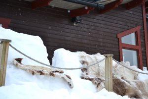 Åkersjöns Fjällhotell - avkoppling i snön på renskinn utanför puben. Foto © flyttatillfjallen.se
