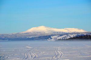 Skoterspår på isen mot byn Åkersjön vid foten av Ansätten, vy från Vallrun och Dal. Foto © flyttatillfjallen.se