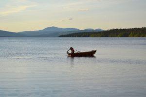 Fiske en stilla sommarkväll på Åkersjön med Ansätten i bakgrunden. Foto © flyttatillfjallen.se