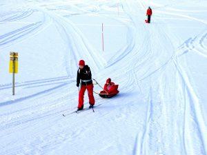 Familj på skidur i Hotagsbygden. Foto © Maritha Grelsson.