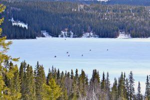 Skotrar på isen på Åkersjön. Foto © flyttatillfjallen.se