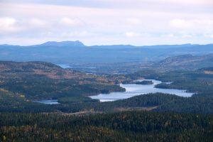 Klassisk bild från Tippen (Svallet) med Rörvattnet och Hotagssjön. I bakgrunden den karakteristiska toppen av Stor-Erfjället. Foto © Jörgen Språng.